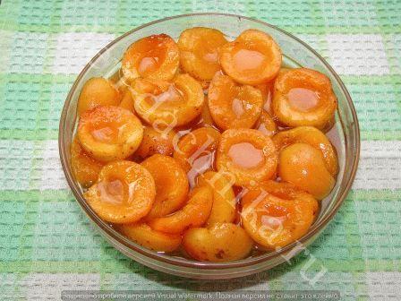 Заливаем ягоды кипящим сиропом